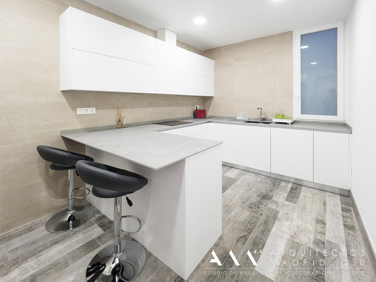 ideas-reformas-pisos-pequenos-decoracion-cocinas-encimera-con-barra-desayunos
