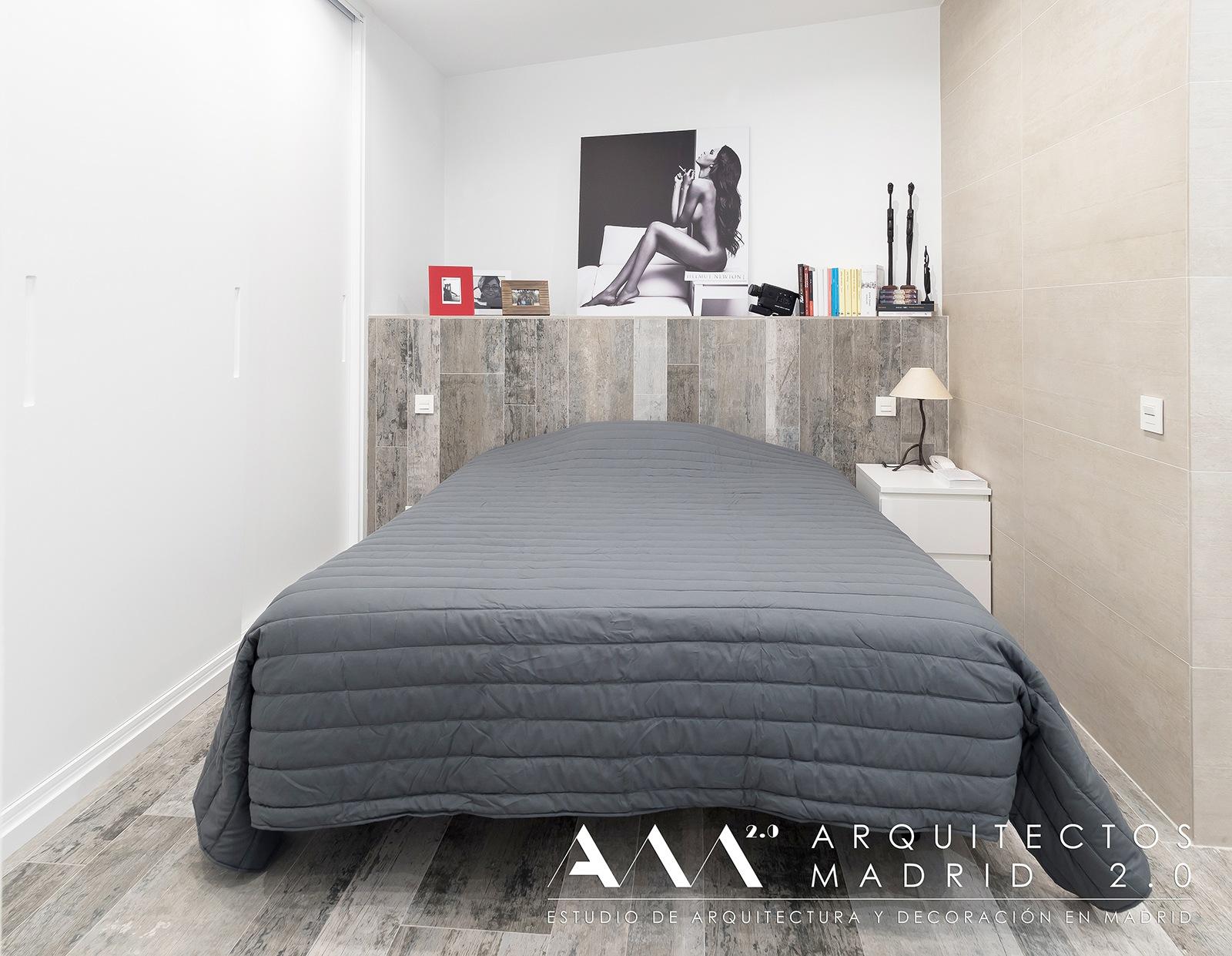 ideas-reformas-pisos-pequenos-decoracion-suelos-ceramicos-imitacion-madera-cabecero-dormitorio-02