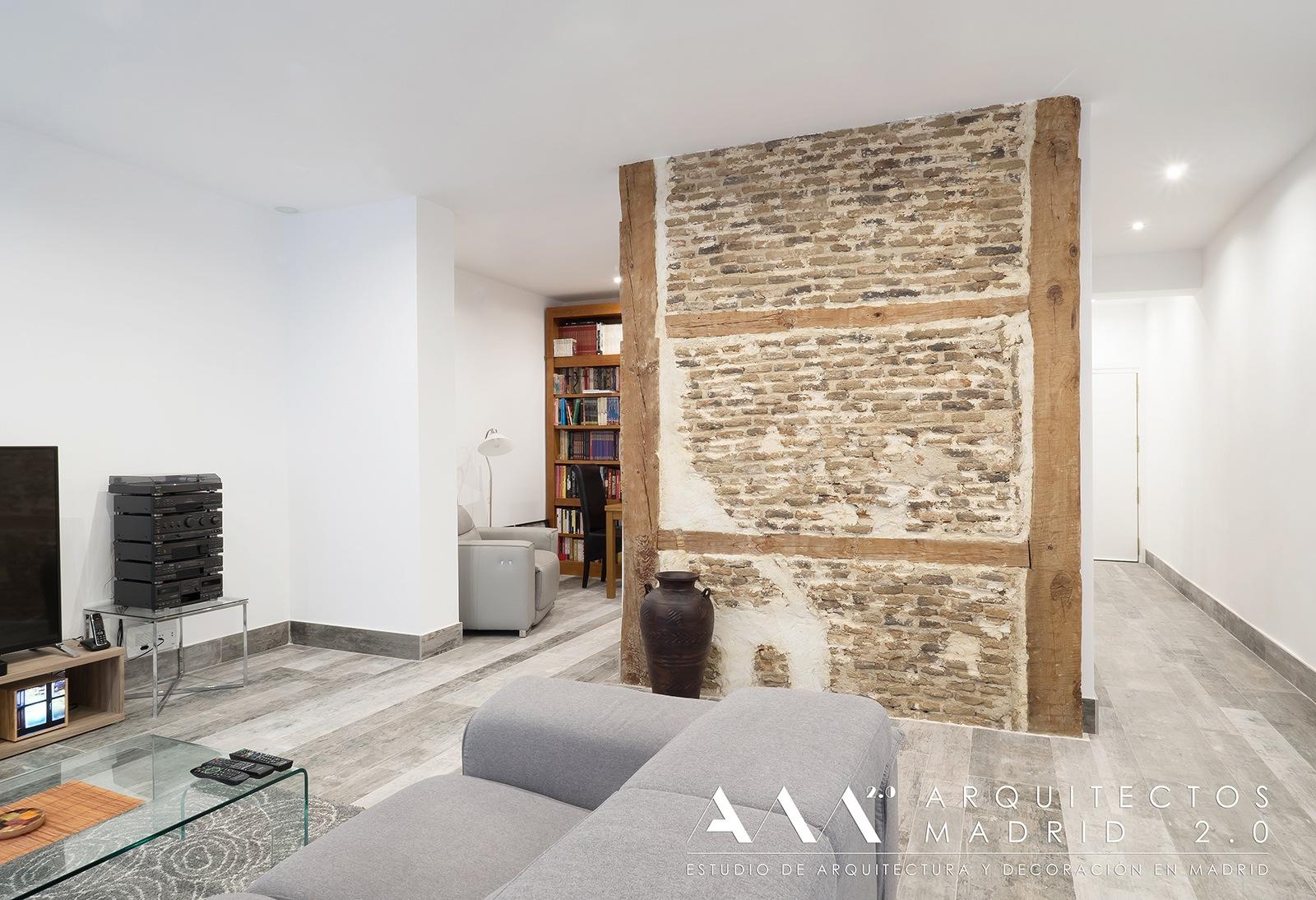 ideas-reformas-pisos-pequenos-viviendas-casas-muros-carga-ladrillo-madera-restaurados-salon-01
