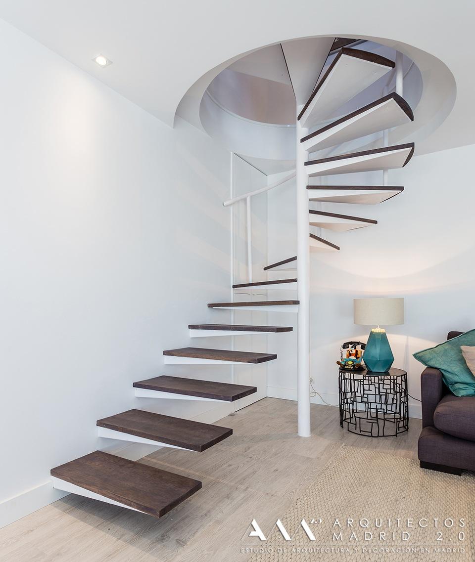 reformas-de-lujo-y-diseno-en-viviendas-reformas-madrid-05-escalera-caracol-decoracion