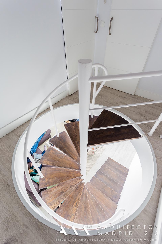 reformas-de-lujo-y-diseno-en-viviendas-reformas-madrid-06-escalera-caracol-decoracion