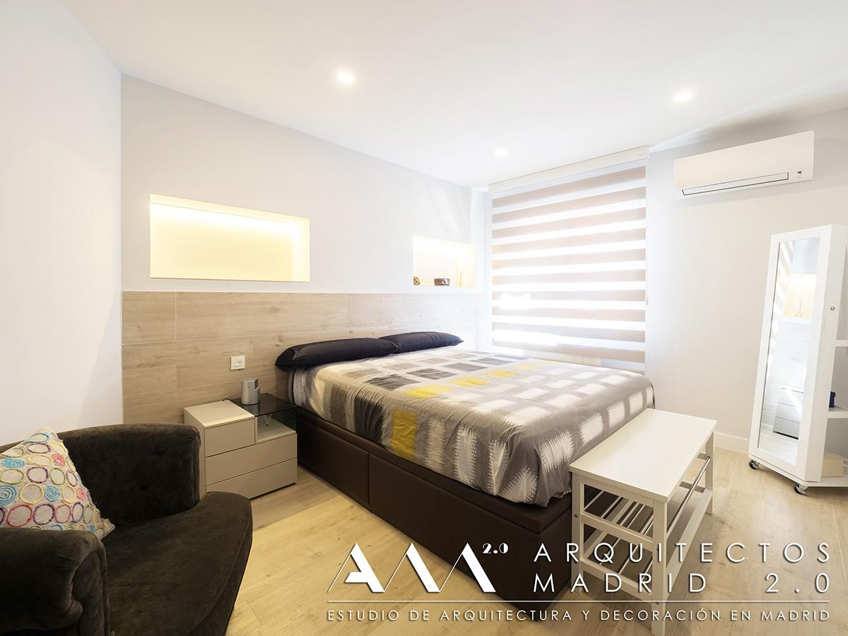 suelo-imitacion-madera-porcelanico-gres-reforma-vivienda-dormitorio-cabecero-02