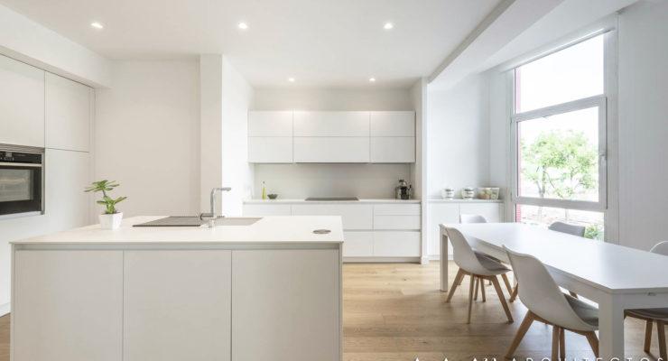 tarima-madera-natural-cocina-pavimento-continuo-parquet-sin-juntas